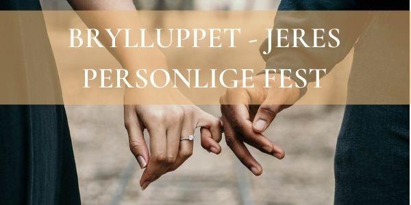 Forlovet par der holder i hånden til bryllup