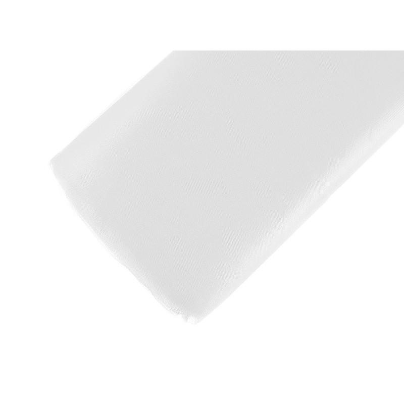 Hvid tyl til pynt i kirken